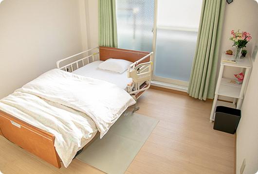 写真:居室内、ベッドの写真